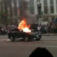 Un Dodge Durango 2011 prend feu lors d&rsquo;une parade