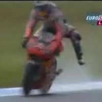 Watch a MotoGP rider narrowly avoid three wipeouts in less than 10 secondes!