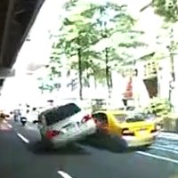Un taxi renverse une voiture sur le toit.