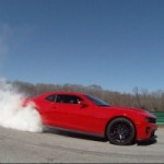 Cette Chevrolet Camaro ZL1 fait un burnout pour homme!