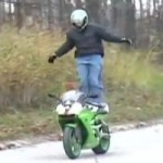 FAIL : Il tente de se tenir debout sur sa moto en mouvement, tombe et la dtruit