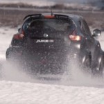 Le Nissan Juke-R fait pleinement usage de ses 480 chevaux sur une piste de glace