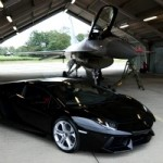 Une Lamborghini Aventador se mesure contre un avion de chasse F16 Fighting Falcon