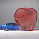 Une BMW M5 lance dans des objets immobiles au super-ralenti = de l&rsquo;art haute performance