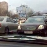 <!--:en-->In Need of a Driving Challenge? Just Drive Backwards in Rush Hour Like This Guy<!--:--><!--:fr-->Il conduit sa voiture à reculons en pleine heure de pointe!<!--:-->