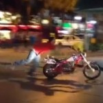 FAIL – Motorcyclist Gets Distracted by Pretty Lady at a Red Light, Hilarity Ensues