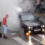 FAIL – Un douchebag bloque la circulation pour faire un burnout, mais flambe son embrayage