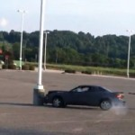 <!--:en-->FAIL – Watch A Parking Lot Drift Attempt Go Horribly Wrong<!--:--><!--:fr-->FAIL – Une séance de drift dans un stationnement vide tourne au vinaigre<!--:-->