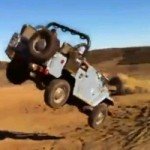 <!--:en-->Video: Man Attempts Huge Jeep Jump In Sand Dune, Ends Up Eating Sand<!--:--><!--:fr-->Vidéo : Il se retrouve le visage dans le sable après une cascade en Jeep qui a mal tourné<!--:-->