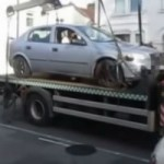 <!--:en-->He drives his car off the tow truck<!--:--><!--:fr-->Il recule sa voiture en bas du camion remorque <!--:-->