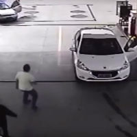 Brave-costumer-gives-lesson-to-thief